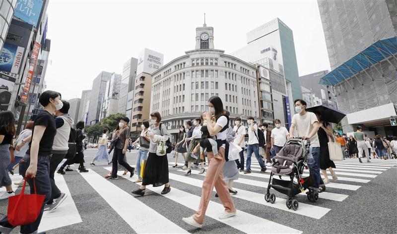 全球武漢肺炎疫情持續升溫,日本東京27日通報新增57人確診,是自5月25日解除「緊急事態宣言」後,創單日確診新高。圖為27日東京銀座街頭民眾大多戴上口罩防疫。(共同社提供)