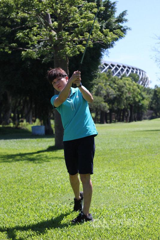 台灣桌球一姐鄭怡靜在打桌球之餘,偶爾也會到高爾夫球場揮桿,她透露,特別喜歡擊球那一瞬間的感覺,並開玩笑地說:「可能因為都是小白球,比較容易令我著迷。」(鄭怡靜提供)中央社記者黃巧雯傳真 109年6月28日