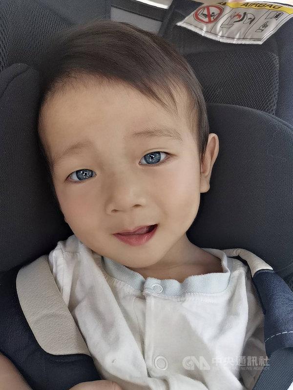 新竹市男寶寶「洋洋」出生後聽力篩檢沒過,眼睛還是灰藍色,就醫檢查才發現罹罕見疾病「瓦登伯革氏症」(Waardenburg Syndrome)。(吳媗予提供)中央社記者魯鋼駿傳真 109年6月28日