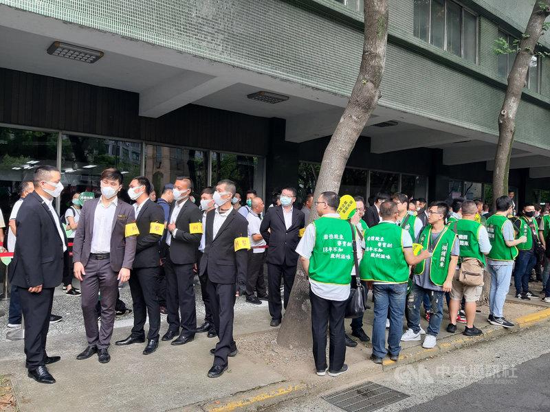 大同公司30日舉行股東常會改選董事,公司派出糾察隊,與市場派人馬對峙。中央社記者潘智義攝  109年6月30日
