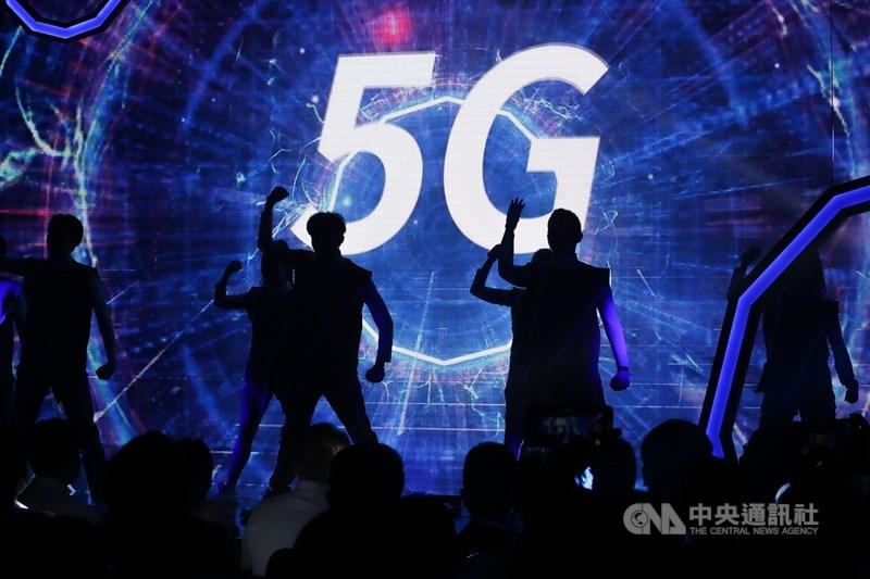 台灣大哥大30日舉行5G開台記者會,開場邀請舞者動感演出宣告5G時代來臨。中央社記者王騰毅攝 109年6月30日