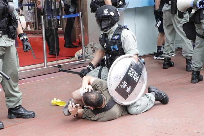 港區國安法6月30日深夜生效,香港警方7月1日在銅鑼灣驅散及逮捕準備參加遊行的示威人士。中央社記者張謙香港攝 109年7月1日