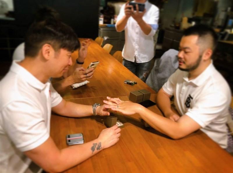 歌手張惠妹的經紀人陳鎮川(左)1日表示,已經與交往9年男友登記結婚。(圖取自陳鎮川Instagram網頁instagram.com/taiwanisaac)