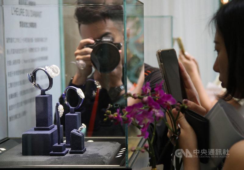 「2020 World Masterpiece大師之作」國際珠寶腕錶展開展記者會2日在台北101舉行,展示各品牌國際珠寶腕錶,吸引許多民眾觀看。中央社記者張新偉攝 109年7月2日
