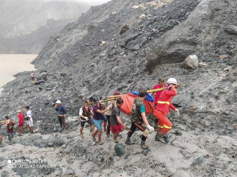 緬甸北部一處露天玉石礦場2日不堪連日豪雨坍方,搜救人員已尋獲166具遺體。(圖取自facebook.com/fsd.gov.mm)