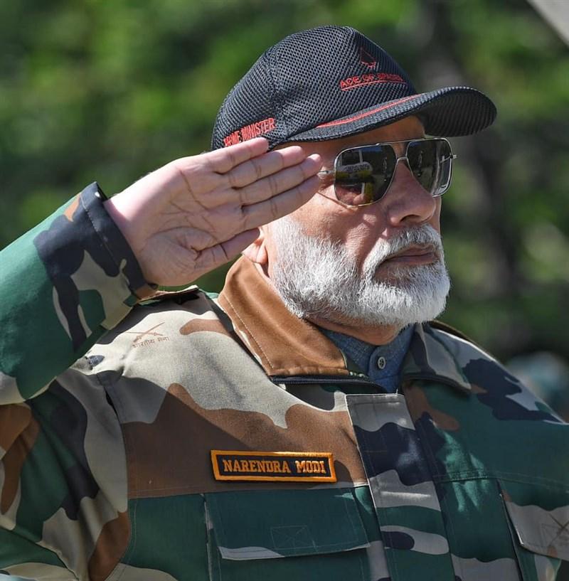 印度總理莫迪3日到拉達克前線視察並對部隊發表談話時強調,擴張主義者最終都走向滅亡,似乎是對中國發出強烈訊息。(檔案照片/圖取自facebook.com/narendramodi)
