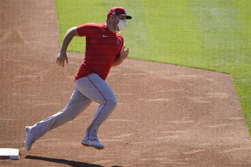 美國職棒大聯盟各隊3日恢復訓練,洛杉磯天使隊球星楚勞特(Mike Trout)在球場訓練。(美聯社)