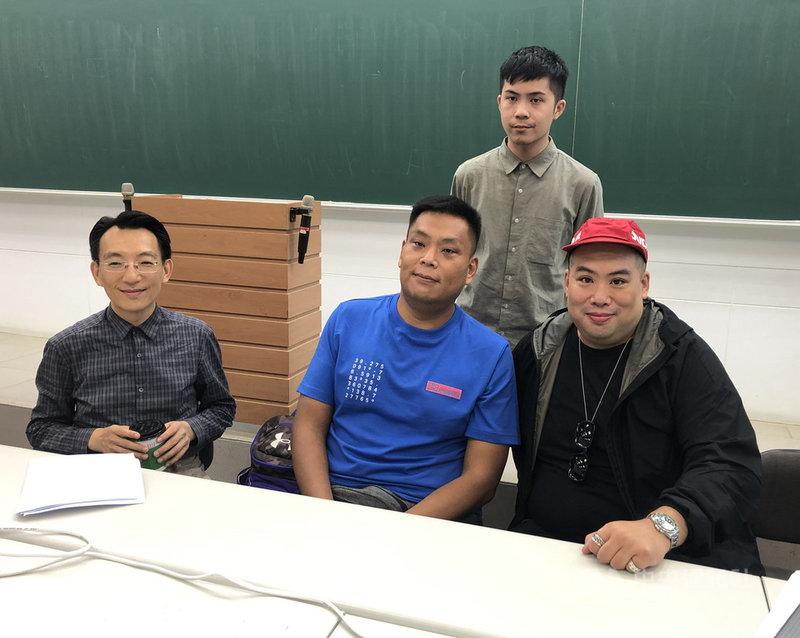 109學年度大學入學指定科目考試4日進行第2天試程,下午第3節英文科測試結束後,台北市補教協會安排多名教師,共同剖析英文試題。中央社記者陳至中攝 109年7月4日