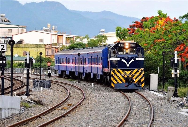 南迴鐵路電氣化年底即將通車,台鐵決定保留目前仍行駛的藍皮普通快車,並修復為「藍皮解憂列車」。(圖取自facebook.com/forpeople)