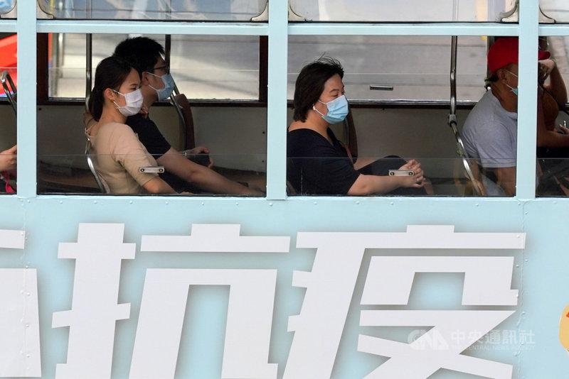 香港近日爆發2019冠狀病毒疾病多點群聚感染疫情,涉及養老院、餐廳與學校。港府官員8日表示,政府正朝收緊方向檢視「限聚令」等防疫措施。(中通社提供)中央社  109年7月8日