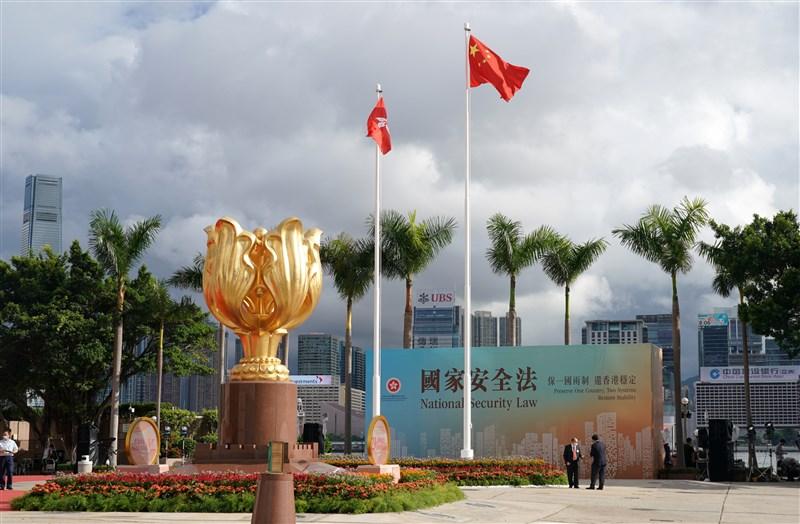 台灣駐香港辦事處人員被要求簽署一中承諾書導致無法續留,美國國務院21日強調,北京持續恫嚇台灣人民,美方會與台灣站在一起。圖為香港政府2020年7月舉行升旗儀式慶祝香港回歸祖國23週年。(中新社)