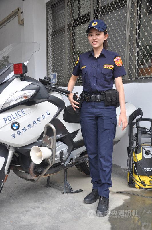 宜蘭縣警察局交通隊年輕女警吳晨如日前在新北、宜蘭交界的北宜公路宣導交通安全,因外型清秀亮眼,常被車友要求合照。她受訪時不忘提醒車友遵守交通規則、不要超速,注意自身安全。中央社記者沈如峰宜蘭縣攝 109年7月8日