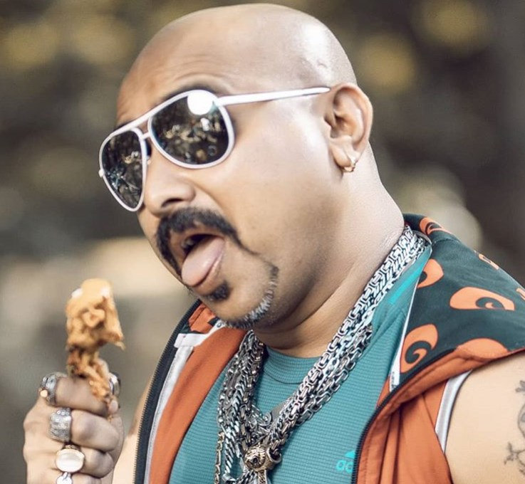 41歲的卡馬特自從開始在TikTok表演啃雞腿分享美食後,生活就開始大不同,每天會有數百萬人看他大嚼心愛的食物。(圖取自卡馬特IG網頁instagram.com/ulhaskamthe)