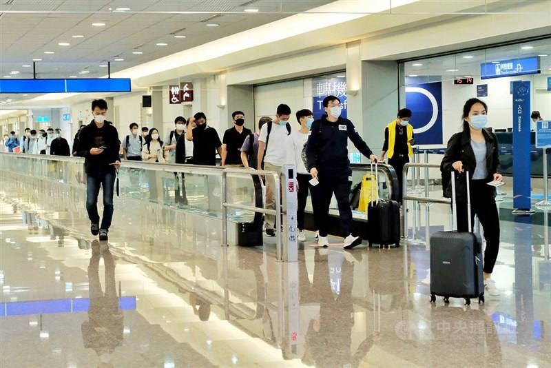 一名持有居留簽證的印度旅客赴台前確診感染武漢肺炎,使得不少台商擔心疾管署放寬持居留簽證的外籍旅客入境免檢附核酸檢驗報告造成防疫缺口。圖為桃園機場旅客。(中央社檔案照片)