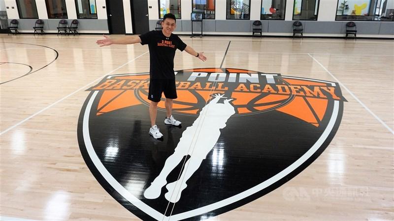 退役籃球明星楊玉明(圖)在美國開設3 Point籃球學校,主視覺以他的投籃動作為標誌。中央社記者林宏翰洛杉磯攝 109年7月12日