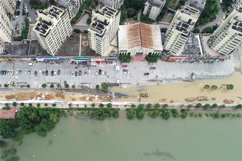 中國長江流域豪雨不斷,鄱陽湖口水位12日下午4時直逼22.5公尺最高防洪水位。圖為江西省鄱陽湖岸低窪處11日已見淹水情況。(中新社提供)