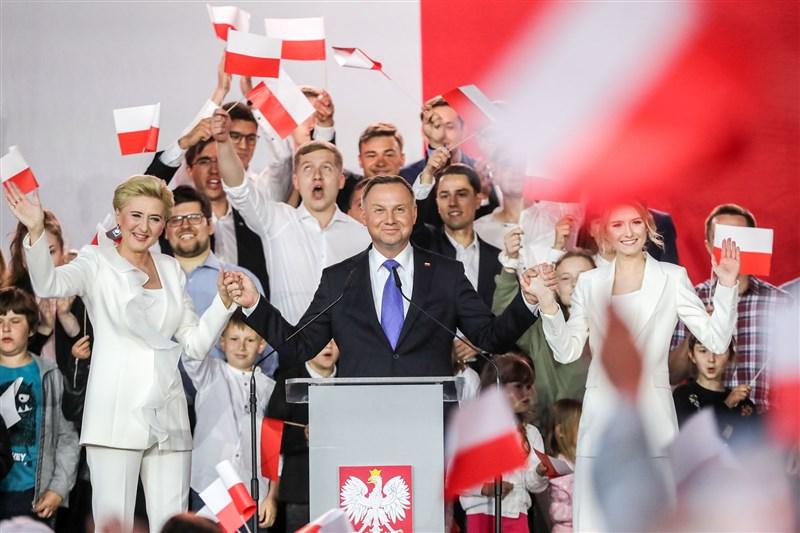 波蘭總統大選結果13日出爐,現任總統杜達(前中)可望順利連任。(圖取自facebook.com/andrzejduda)