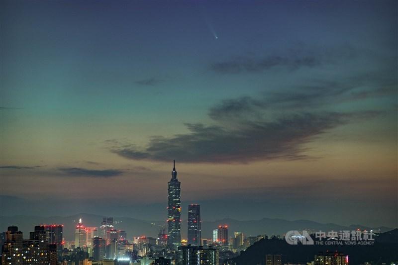 台北市天文館表示,今年7月夏夜很精彩,可欣賞到NEOWISE彗星、木星、土星與水星。中央社記者何仲康攝109年7月13日