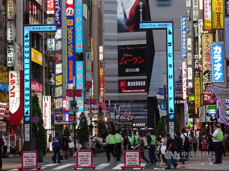 日本東京新宿區一座劇場的偶像舞台表演發生武漢肺炎群聚感染,已知男星山本裕典及演員、工作人員等37人確診。圖為10日新宿區公所派人加強巡邏。中央社記者楊明珠東京攝 109年7月13日