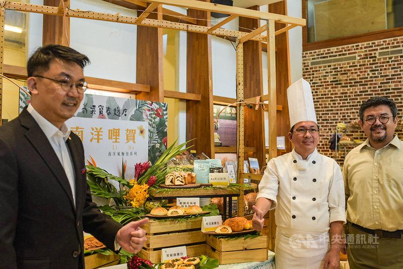 麵包師傅吳寶春(右2)14日推出7款新麵包,透過融入南洋風味,表達他在留學期間對新加坡的感謝,並宣布將與新加坡駐台北商務辦事處代表葉偉傑(左)合作,透過「獅城美食總動員」活動,一起推廣新加坡美食。中央社記者侯文婷攝 109年7月14日