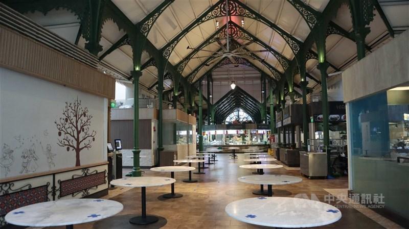 新加坡電影院從13日起獲准重新營業。圖為4月新加坡一處美食中心於疫情期間因防疫措施空無一人。(中央社檔案照片)