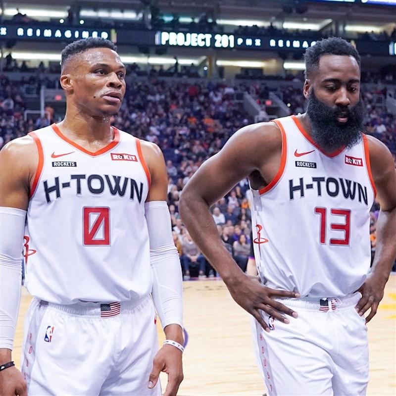美國職籃NBA各隊到奧蘭多為復賽做準備,外媒13日報導說,火箭後場雙雄衛斯布魯克(左)和哈登(右)確診,衛斯布魯克稍早已推文證實染疫。(圖取自facebook.com/jharden13)