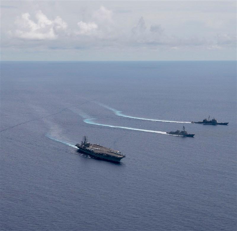 美國國務卿蓬佩奧15日表示,凡認為南海主權主張遭到中國侵犯的國家,美國將予以支持。圖為美國海軍航空母艦6日在南海進行演習。 (圖取自facebook.com/USPacificFleet)