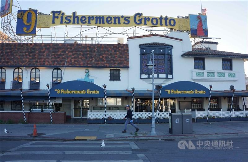 美國加州州長紐松13日決定再度對酒吧、餐廳、健身房,甚至一般的辦公室實施封鎖措施。圖為5月27日舊金山漁人碼頭,多數餐廳仍無法重新營業。(中央社檔案照片)