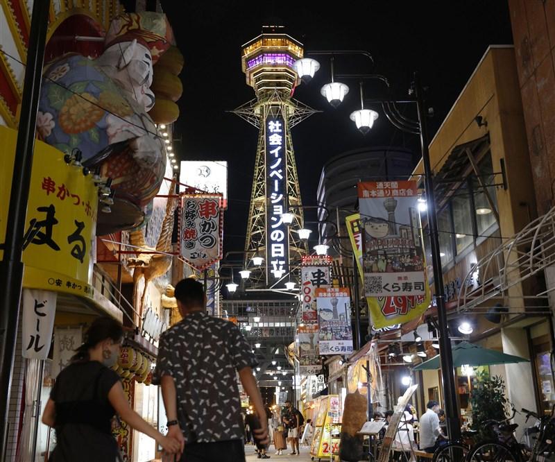 日本考慮先鬆綁外國的商務人士入境,首波與越南、泰國等4國磋商,第2波將與台灣等10國磋商。圖為12日大阪通天閣街景。(共同社提供)