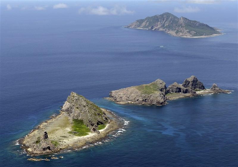 日本防衛大臣河野太郎14日在內閣會議報告2020年版防衛白皮書內容。報告指出,中國在釣魚台(圖)海域以軍力為背景,執拗地持續企圖片面改變現狀,情況令人強烈擔憂。(檔案照片/共同社提供)