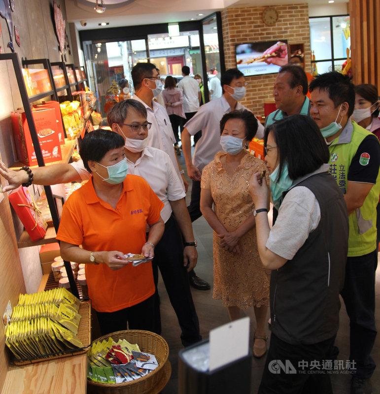 總統蔡英文(前右)14日走訪屏東,到華珍餅店採買她最愛吃的煎餅,除了自己吃,還說要當成伴手禮,作為贈送外賓的禮物。(莊瑞雄辦公室提供)中央社記者郭芷瑄傳真 109年7月14日