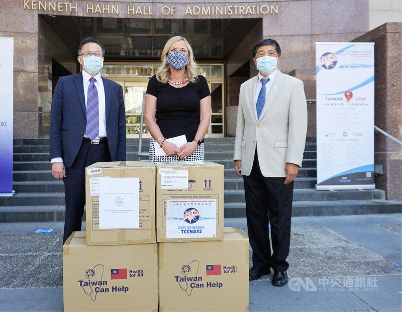 洛杉磯台美商會購買40萬片台灣製口罩,捐給加州洛杉磯郡,郡長凱薩琳.巴格(Kathryn Barger)(中)表示這是目前為止數量最多的口罩捐贈。中央社記者林宏翰洛杉磯攝 109年7月14日