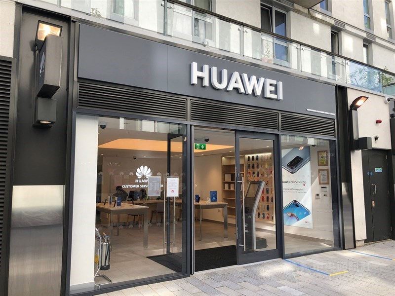 英國政府14日宣布,華為在英國現有的5G建設必須在2027年前全部撤換。圖為華為在倫敦門市。中央社記者戴雅真倫敦攝  109年7月14日