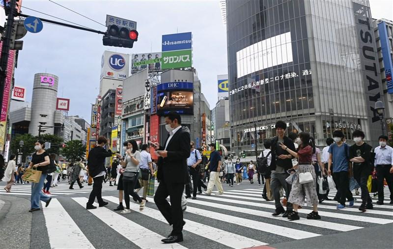 日本東京都政府相關人士指出,17日單日新增293起2019冠狀病毒疾病確診病例,再創疫情爆發以來新高。圖為16日東京街頭。(共同社提供)