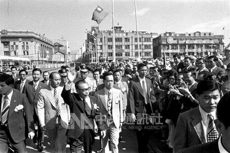 1950到1984年,故總統蔣經國(左3)叱吒政壇。如今這位已故國家領導人的全貌,也在蔣經國日記曝光後,找到最後的一塊拼圖。圖為1975年時任行政院長蔣經國在國慶閱兵大典前,走下閱兵台,向在總統府前廣場參觀的群眾和僑胞致意問好。(中央社檔案照片)