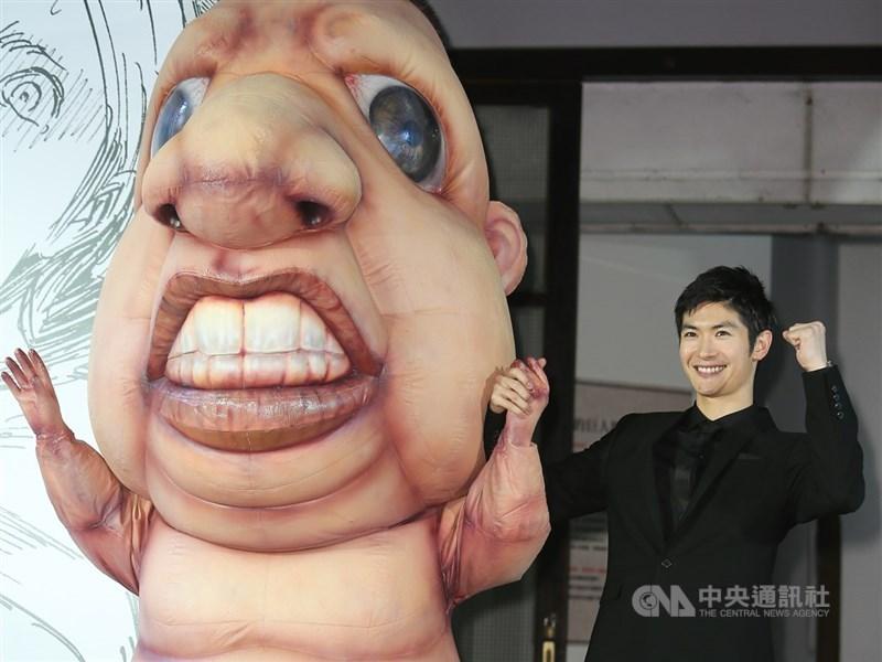 演藝事業如日中天的日本男星三浦春馬18日驚傳輕生,他選擇在事業顛峰時倏然轉身,來不及向粉絲道別,徒留溫暖的招牌燦笑。圖為三浦春馬2015年來台出席「進擊的巨人展WALL TAIPEI」開幕儀式。(中央社檔案照片)