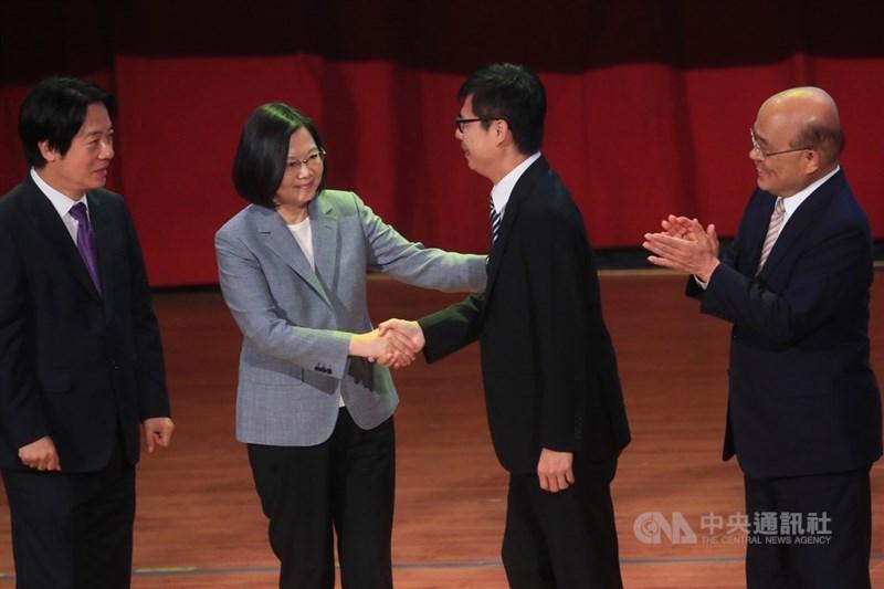 民進黨第19屆第一次全國黨員代表大會19日在台北舉行,黨主席蔡英文(左2)為高雄市長補選參選人陳其邁(右2)造勢,兩人並握手致意。左為副總統賴清德、右為行政院長蘇貞昌。中央社記者吳家昇攝 109年7月19日