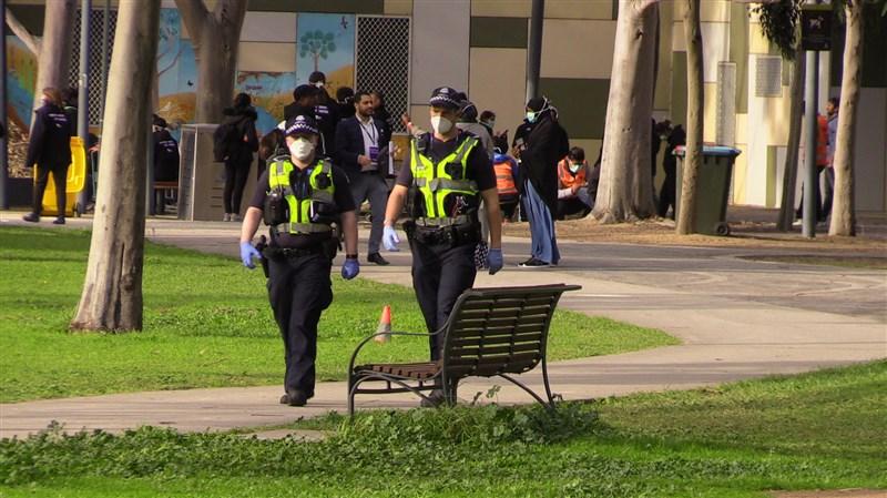 澳洲第二大城墨爾本將強制要求出入公共場所須戴口罩或遮住口鼻。這是澳洲境內首度實施這類措施。圖為10日安全部隊在墨爾本巡邏。(安納杜魯新聞社提供)