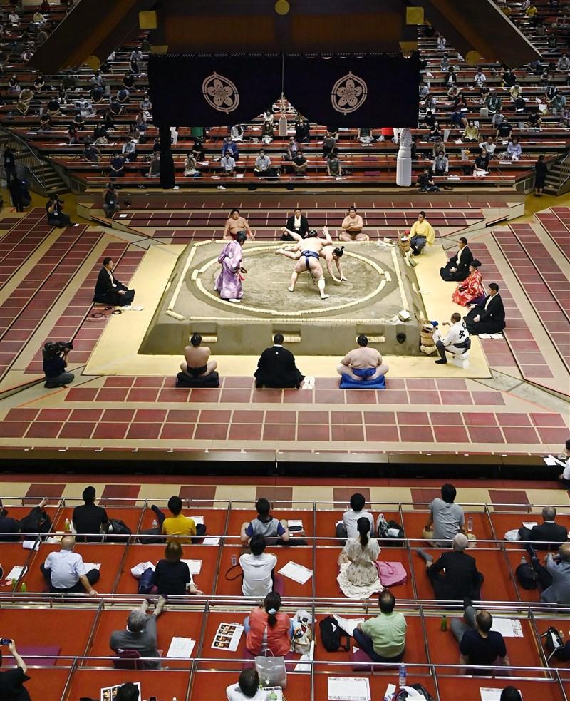 日本大相撲力士華吹大作2020年5月屆滿50歲,職業生涯橫跨昭和、平成及令和3個年代,24日在「7月場所」賽事奪得首勝,是繼1908年後再度出現50歲力士獲勝。圖為日本相撲比賽19日在現場觀眾前展開。(共同社提供)