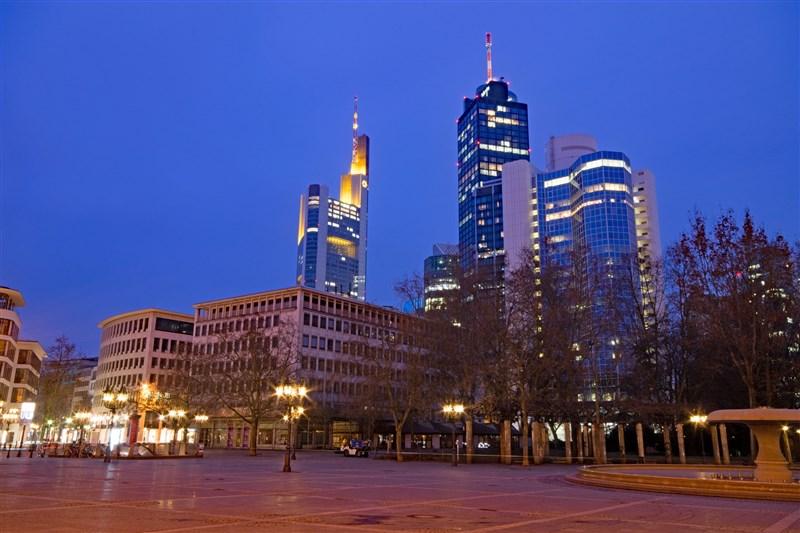 德國法蘭克福警方19日表示,市中心歌劇院廣場(圖)一場有數千人參加的露天派對發生暴力襲警事件。(圖取自Pixabay圖庫)
