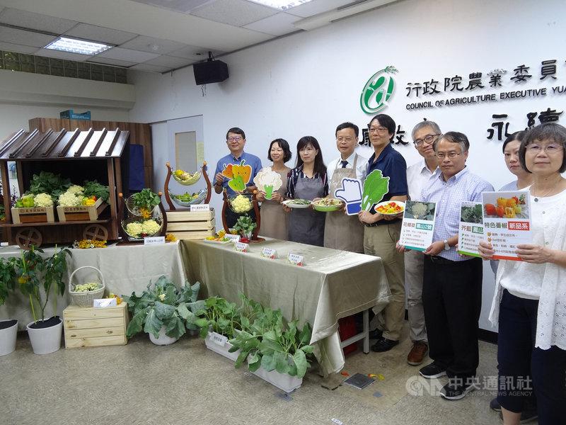 農委會農試所費時多年育成3種耐熱作物,包括新品種芥藍「鳳山1號」、新品種花椰菜「鳳山2號」及全球首創耐熱特色番椒,22日發表。中央社記者楊淑閔攝 109年7月22日