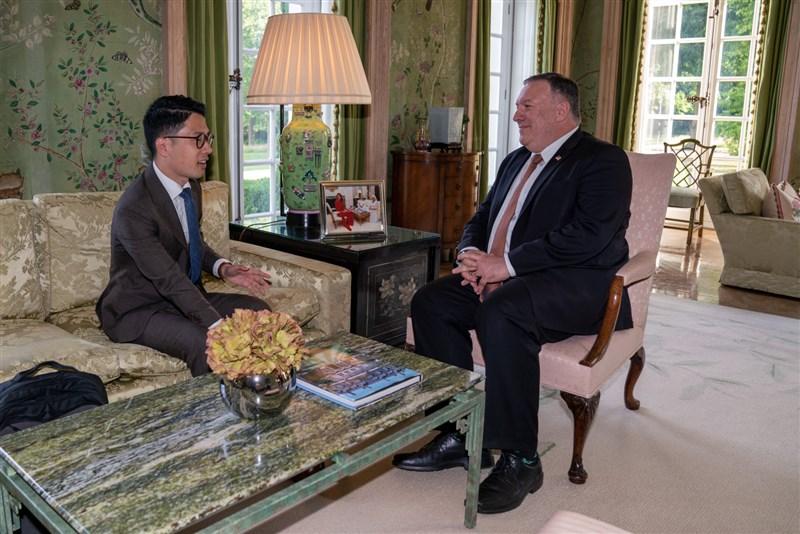 香港民運人士羅冠聰(左)於英國時間21日下午與美國國務卿蓬佩奧(右)在倫敦一對一會晤。(圖取自facebook.com/NathanLawKC)