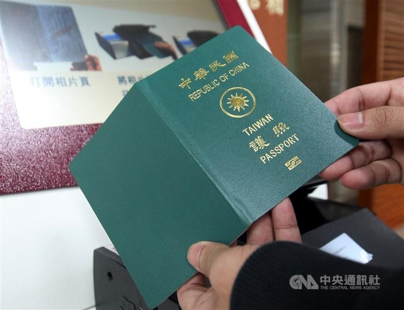 立法院會22經表決後,通過民進黨立法院黨團提案,決議建請行政部門應就如何進一步提升護照之「台灣、TAIWAN」辨識度,研提具體作法。(中央社檔案照片)
