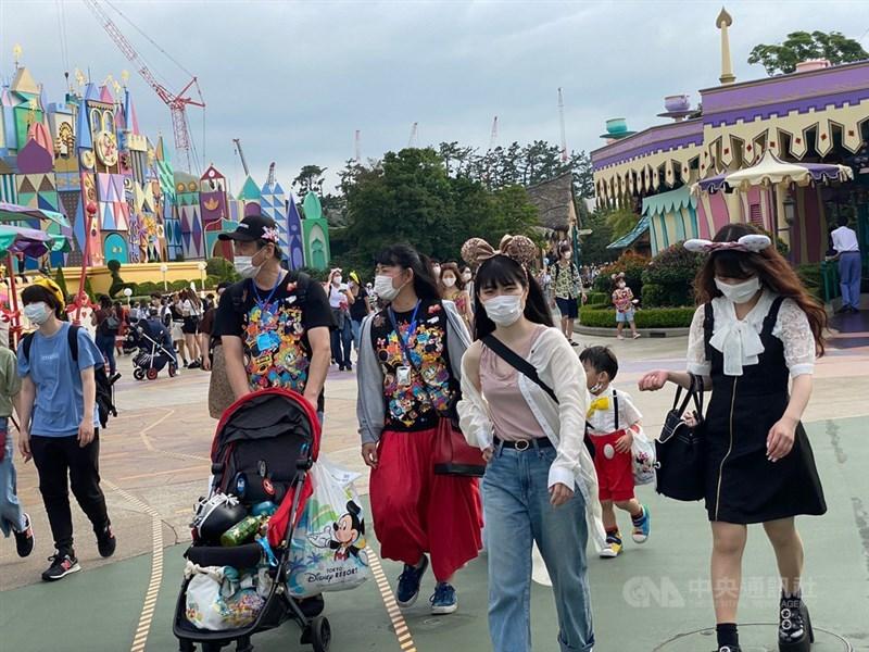 日本東京都23日單日新增366例武漢肺炎確診,知事小池百合子呼籲東京都民眾在4天連假內盡量避免外出。圖為17日東京迪士尼樂園遊客。(中央社檔案照片)