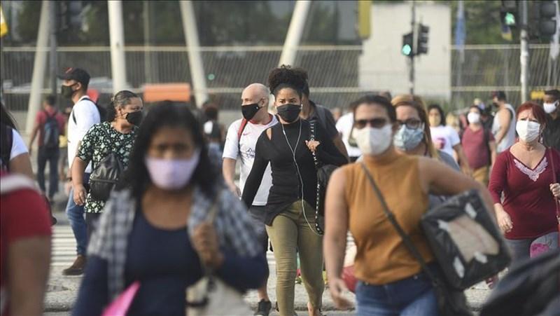 全球武漢肺炎確診感染人數22日突破1500萬大關,拉丁美洲和加勒比海地區有超過400萬人染疫。圖為7日巴西里約熱內盧街頭人潮。(安納杜魯新聞社)