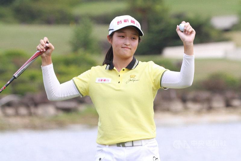 16歲高球小將吳佳晏23日在大聯大女子高爾夫公開賽最終輪,靠著第18洞收尾的再見鳥推,成功奪得職業生涯第2座冠軍金盃。(TLPGA提供)中央社記者龍柏安攝 109年7月23日
