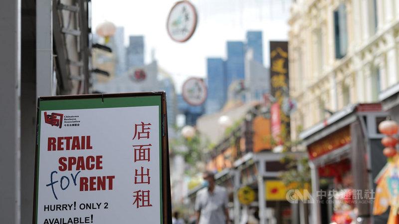 武漢肺炎疫情重創新加坡旅遊市場,新加坡將撥款新幣4500萬元與旅遊業合作,鼓勵全島旅遊消費,深受觀光客喜愛景點牛車水人潮不復見,旅遊業步入寒冬。中央社記者黃自強新加坡攝 109年7月23日
