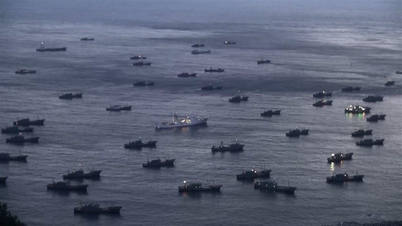 一份新的調查指出,從西非到北韓,中國日漸壯大的漁船艦隊正淘空漁業資源並釀出國際紛爭。圖為多艘中國漁船停泊在南韓鬱陵島的港口。(非法海洋計畫提供)