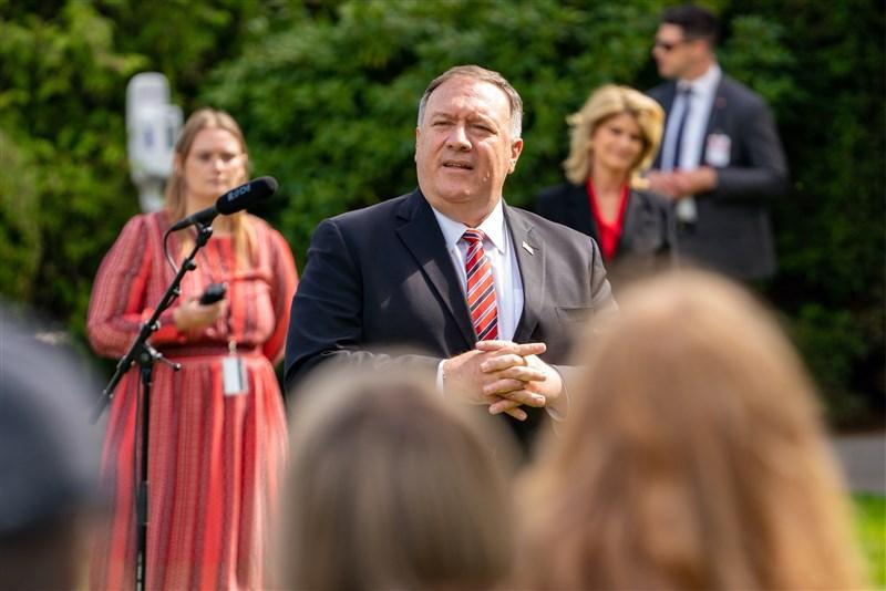 美國下令中國駐休士頓總領事館關閉後,正在丹麥訪問的美國國務卿蓬佩奧(中)22日再度指控中國竊取歐美智慧財產。(圖取自twitter.com/secpompeo)