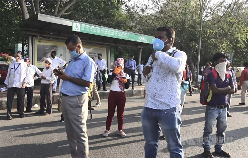 印度官方數據24日顯示,境內感染武漢肺炎不治人數達3萬601人,已超越法國,單日新增近5萬人確診。圖為新德里一處公車站等車人群。(中央社檔案照片)